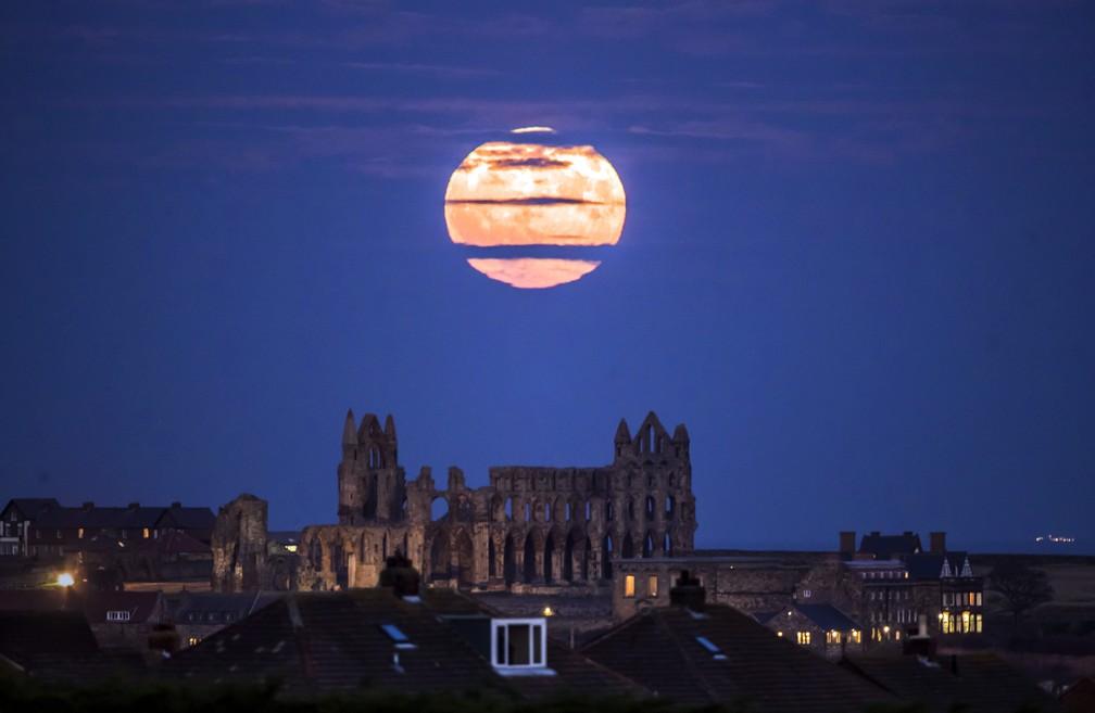 Nesta foto, a Superlua aparece acompanhada da Abadia de Whitby, na Inglaterra (Foto: PA/AP/Danny Lawson)