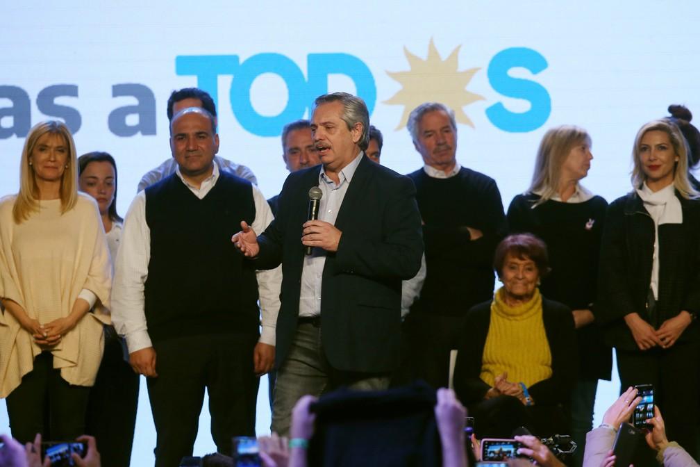 Alberto Fernández discursa a apoiadores na sede da campanha 'Frente para Todos' neste domingo (11) — Foto: Agustin Marcarian/Reuters