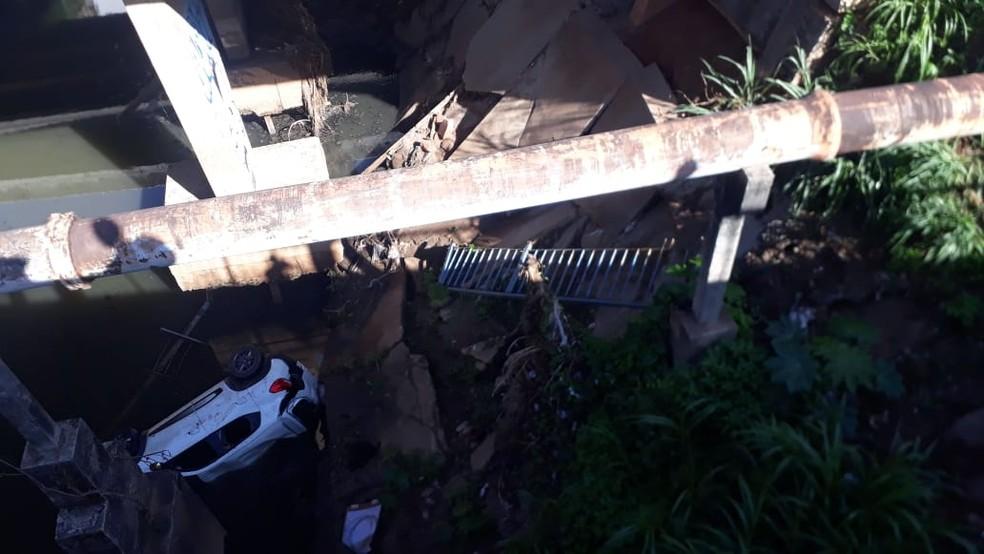 Carro caiu em córrego de Salvador  — Foto: Andrea Silva/TV Bahia