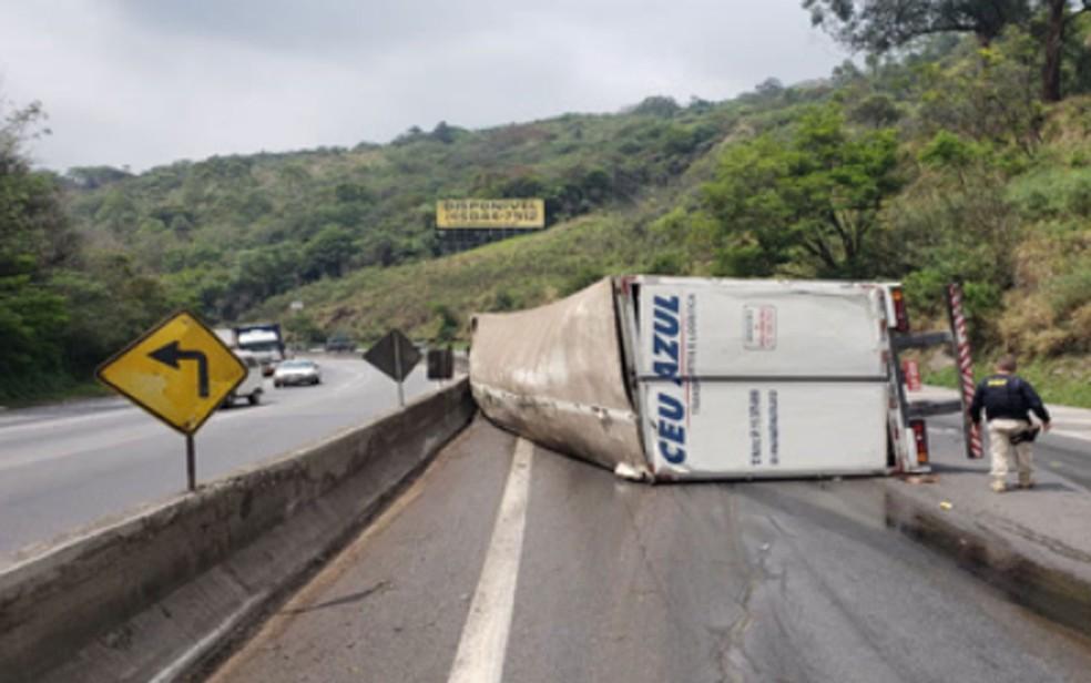 Carreta tombou na Rodovia Fernão Dias, em Mairiporã — Foto: Divulgação/PRF