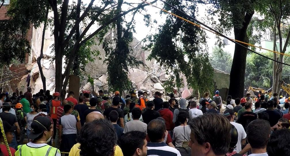 Mochileiro registra trabalhos de resgate às vítimas na Cidade do México (Foto: Carlos Sandoval/Mayke Moraes/@soumochileiro)