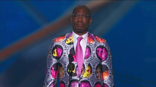 Dikembe Mutombo recebe o prêmio Sager Strong no NBA Awards