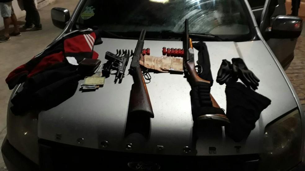 Armas foram encontradas com três homens na cidade de Passagem (Foto: Divulgação/PM)