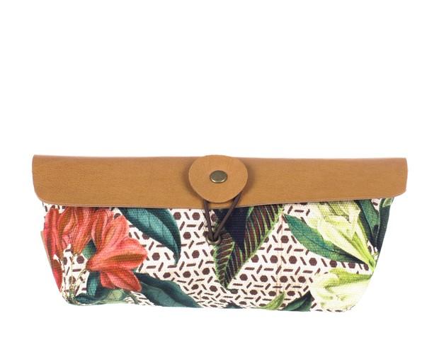 Porta Óculos Floral Botânico | Confeccionado em lona, possui fechamento em elástico. Tem 11cm de altura e 19 cm de largura | Da Papel Craft, R$69 (Foto: Divulgação)