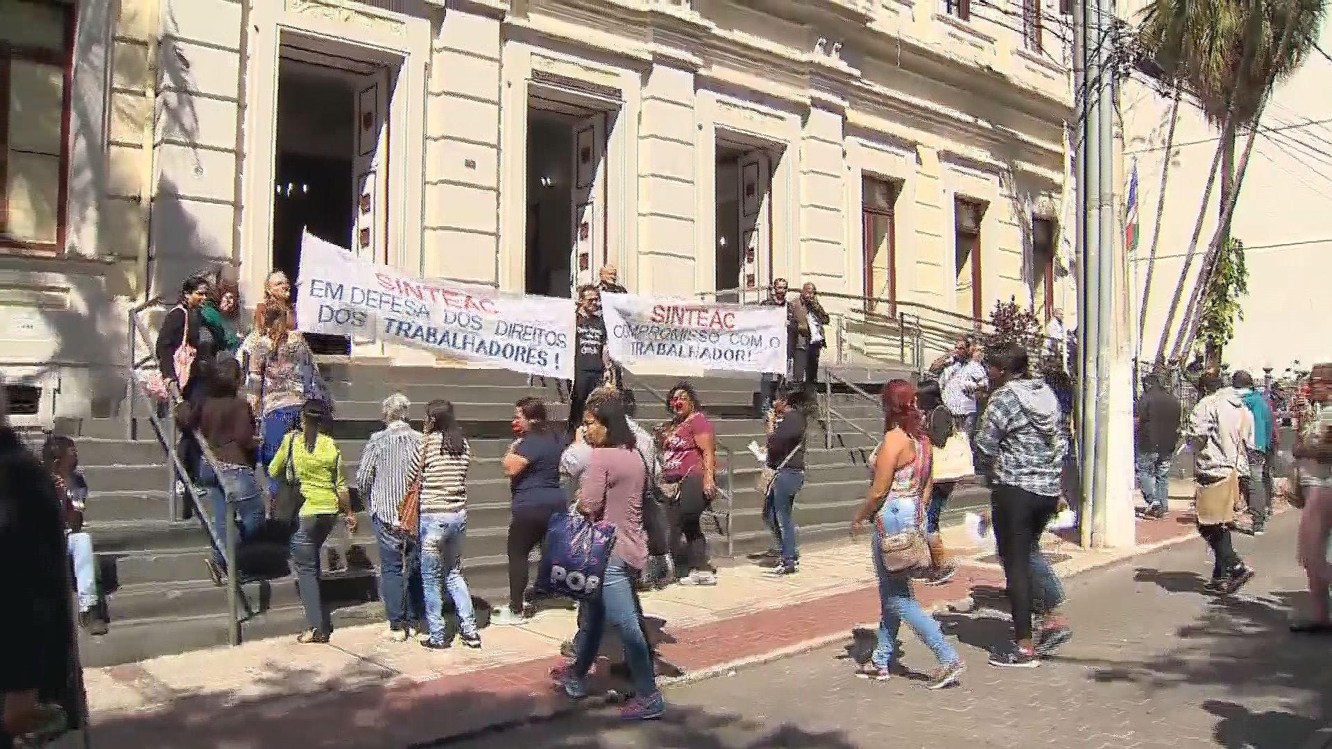 Funcionários terceirizados que atuam na limpeza de escolas municipais protestam em Juiz de Fora - Radio Evangelho Gospel