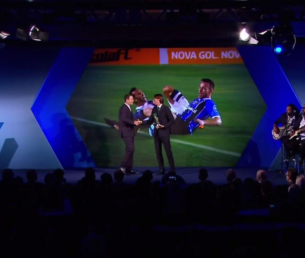 Geromel recebeu o prêmio de melhor zagueiro e também de fair play, para o Grêmio (Foto: Reprodução)