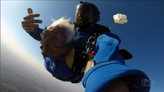 Idosa de 83 anos realiza sonho de saltar de paraquedas, em Goiás; veja vídeo