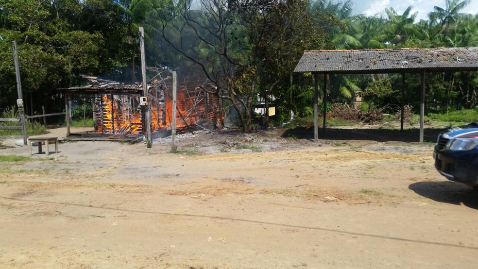 -  Familiares da vítima assassinada a facadas atearam fogo na casa do suspeito.  Foto: Reprodução / Polícia Civil