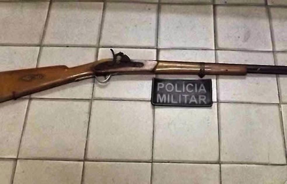 Tiro foi disparado de espingarda do tipo socadeira (Foto: PM/Divulgação)
