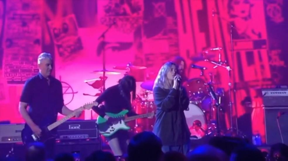 Pat Smear, St. Vincent, Violet e Dave Grohl tocam 'Heart-shaped box', do Nirvana — Foto: Reprodução / YouTube
