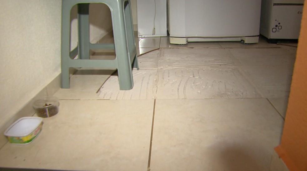 Pisos quebrados colocam em risco moradores de apartamentos da MRV em Ribeirão Preto-SP (Foto: Alexandre Sá/EPTV )