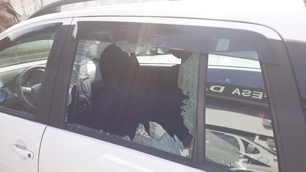 Mulher destruiu vidros do carro do marido após descobrir traição em Praia Grande, SP — Foto: Fernando Degaspari/Jornal A Tribuna de Santos