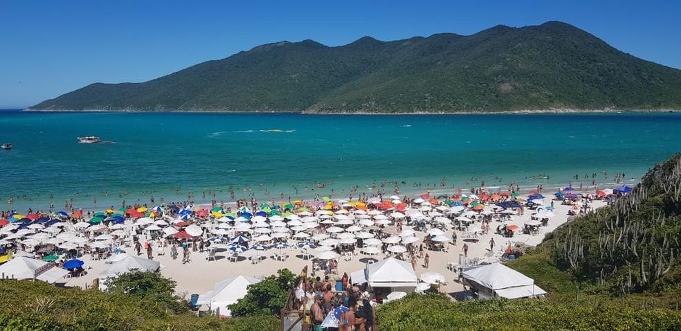 Praia do Pontal da Atalaia é afetada por coloração esverdeada em Arraial do Cabo, no RJ — Foto: Rodrigo Marinho/G1