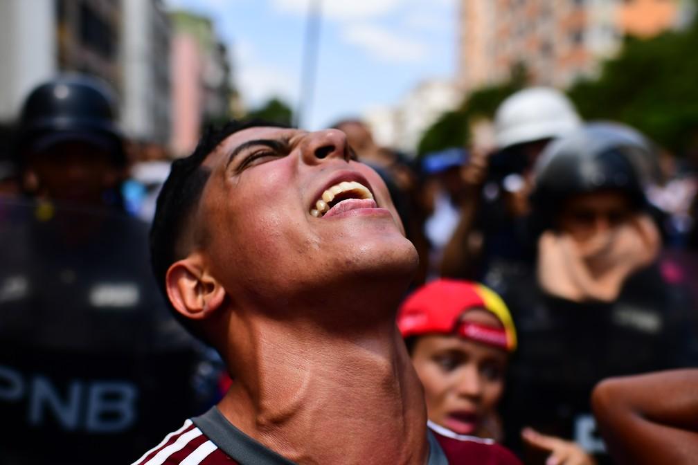 Manifestante protesta contra Maduro na Venezuela, em protesto na capital, Caracas — Foto: Ronaldo Schemidt / AFP