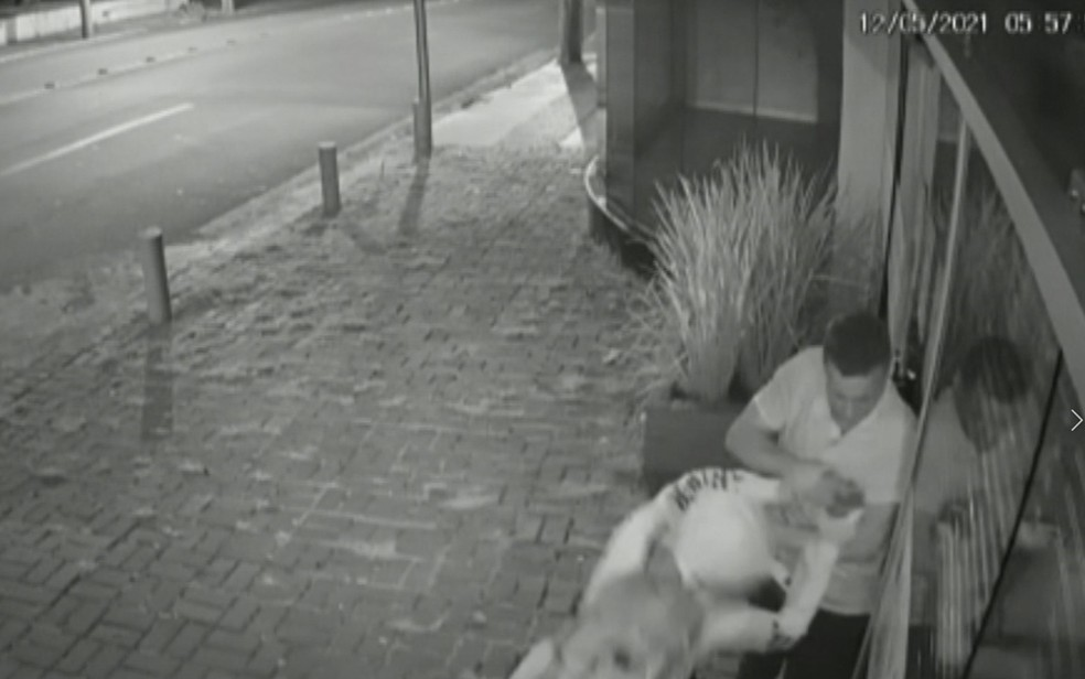 Assaltante tenta pegar celular de mulher enquanto ela briga para se livrar dele — Foto: Reprodução/TV Anhanguera