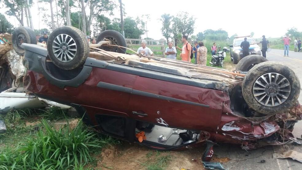 Carro saiu de pista e atingiu veículo com seis pessoas (Foto: Reprodução/WhatsApp)