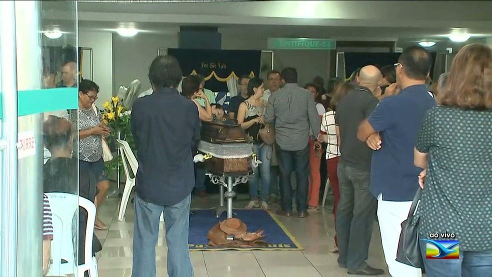 Velório dos corpos dos médicos é realizado no CRM, em São Luís (Foto: Reprodução/TV Mirante)