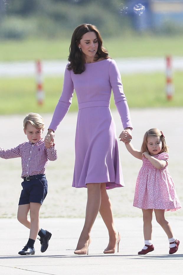 Sintonia de cores nos looks de George, Kate Middleton e da princesa Charlotte (Foto: Getty Images)