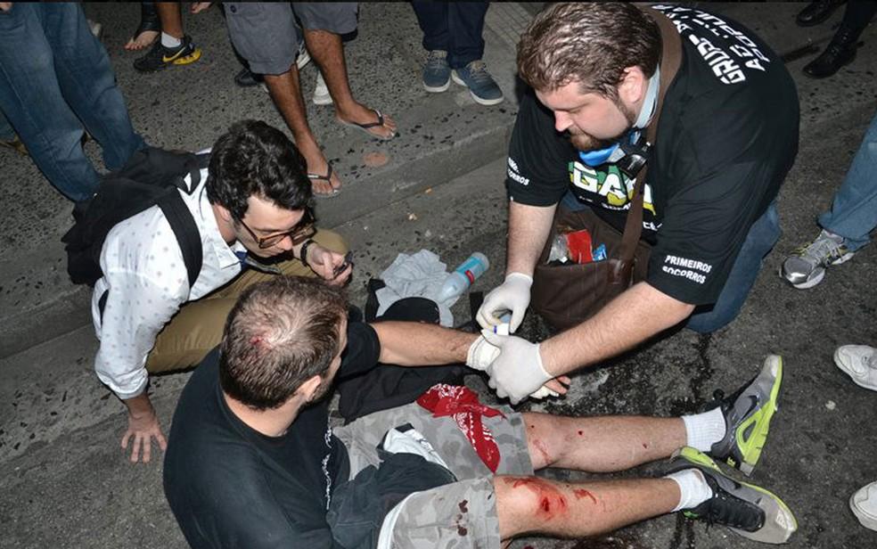 Alexandre Morgado, do GAPP, em socorro a manifestante ferido (Foto: Reprodução/Divulgação/GAPP)