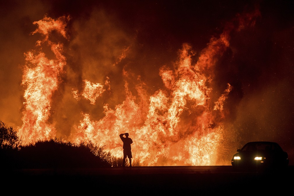 -  Incêndios na cidade de Ventura, no norte da Califórnia  Foto: Noah Berger/AP Photo