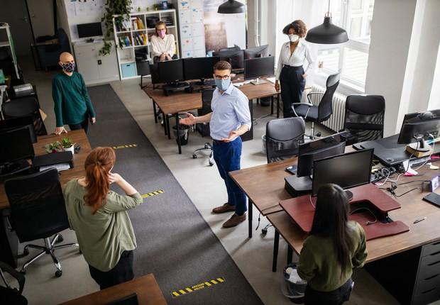 Volta ao trabalho nos escritórios é considerada prematura por funcionários  - Época Negócios | Economia