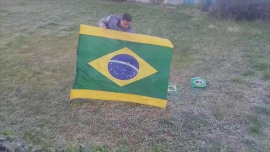 Dia da Independência é marcado por frio intenso na Serra de SC; morador registra bandeira que ficou 'congelada'