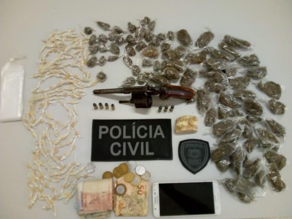 Homem é preso com arma e mais de 200 pedras de crack em Umbuzeiro — Foto: Polícia Civil/Divulgação