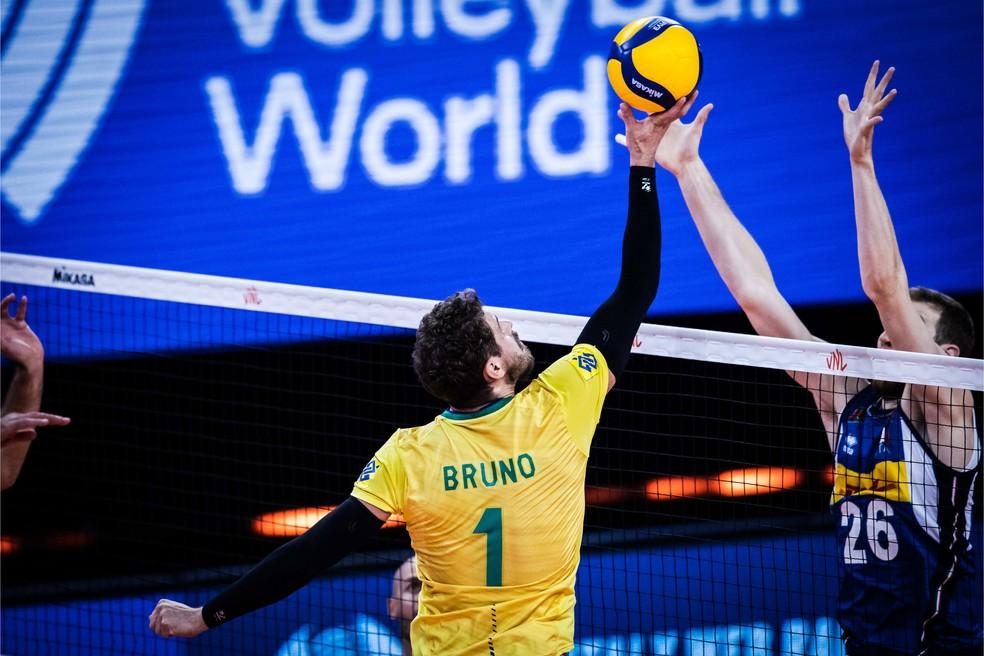 Bruninho levanta com uma só mão — Foto: Divulgação
