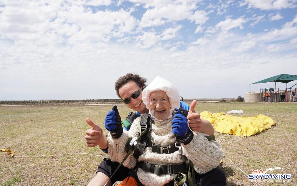 Irene O'Shea e seu instrutor, Jed Smith, após o salto  — Foto: Reprodução/Facebook/SA Skydiving