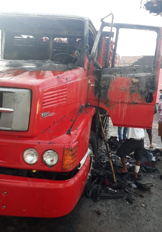 Mulher suspeita de incendiar caminhão de marido é atingida por chamas em Quiterianópolis, no Ceará — Foto: Reprodução