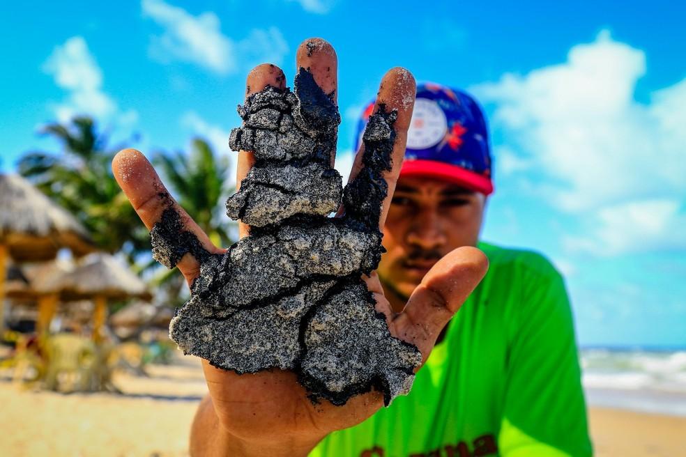 Manchas de óleo na praia de Lagoa do Pau, no município de Coruripe, em Alagoas — Foto: Pei Fon/Raw Image/Estadão Conteúdo