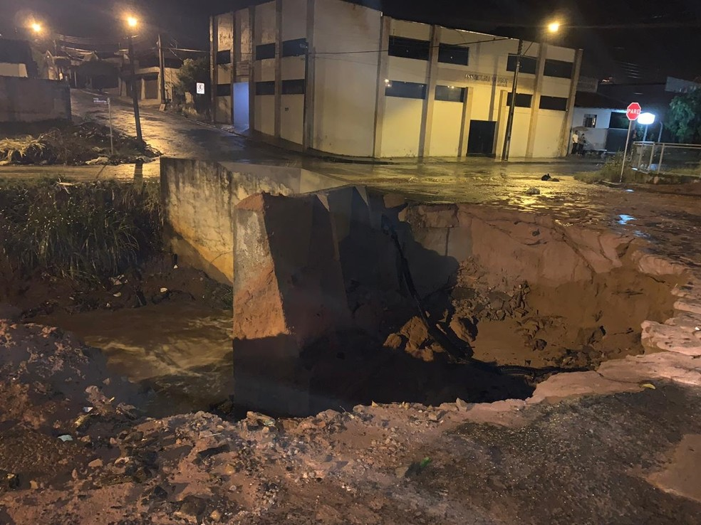 Cratera se abriu com a queda de uma ponte em Novo Horizonte — Foto: Reprodução/TV TEM