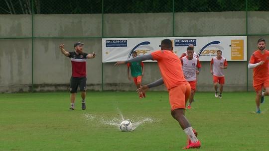 Em treino com gramado pesado, Milton Mendes esboça time do Santa Cruz