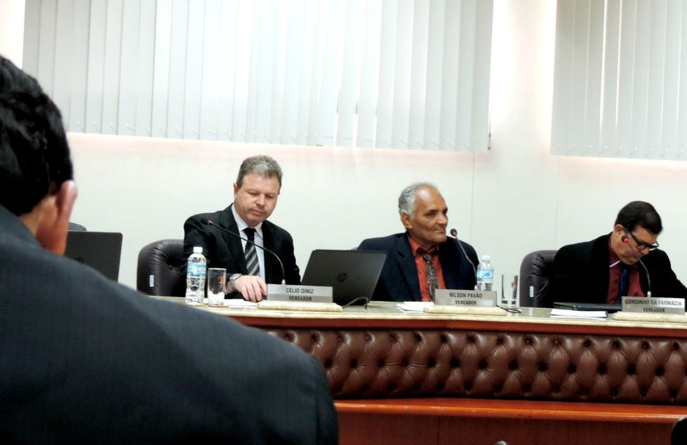 Nilson Pavão (centro) já foi alvo de dois processos de cassação na Câmara de Assis — Foto: Sérgio Pais