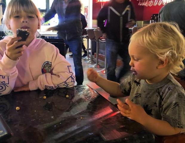 """Carey Hart levou os filhos para jantar numa lanchonete enquanto Pink trabalhava: """"mau pai"""" (Foto: Reprodução Instagram)"""