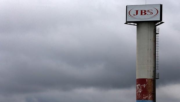 Logotipo do frigorífico brasileiro JBS SA é visto na unidade da cidade de Jundiaí (Foto: Paulo Whitaker/Reuters)