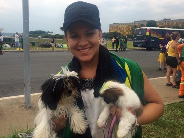 Tainá de Fátima da Silva  levou os dois cachorros da raça shitszu para protestar contra a presidente Dilma (Foto: Jéssica Nascimento/G1 )
