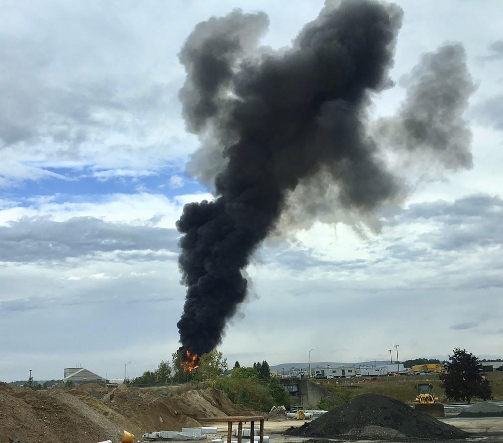 Após queda, destroços de avião Boeing B-17 pegaram fogo. Rolos de fumaça podiam ser vistos à distância — Foto: Antonio Arreguin via AP