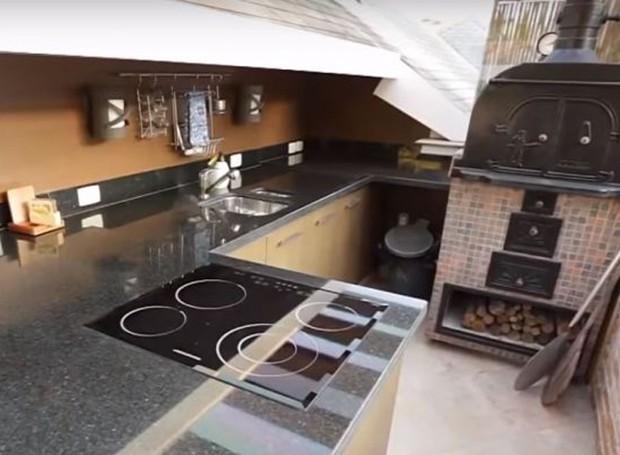 Na área de lazer, uma área para churrasco e um forno de pizza compõem o ambiente, o qual Whinderson admite nunca ter usado (Foto: Youtube/ Reprodução)
