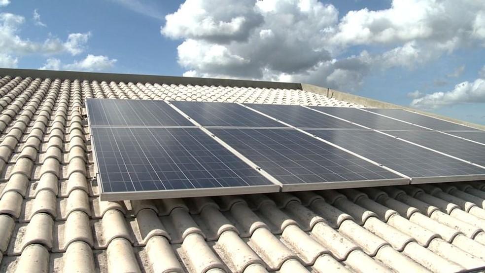 Placas de energia solar podem ser instaladas em residências familiares (Foto: Reprodução/ TV Gazeta)