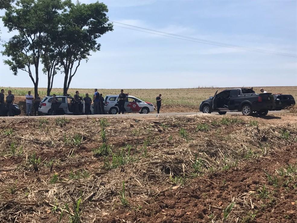 Carros usados para fuga foram encontrados abandonados no bairro Monte Alegre, em Piracicaba (Foto: Aline Olaya/EPTV)