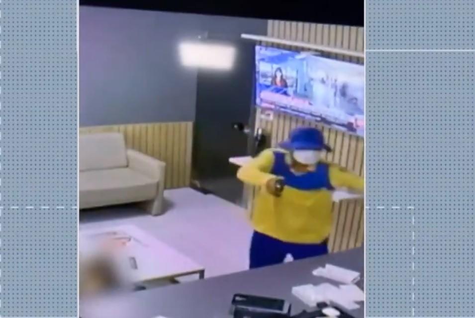 Criminoso vestido de carteiro assalta loja de celulares em Mossoró; veja vídeo