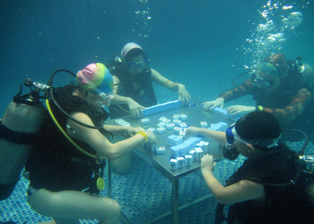 Chineses encaram calor com jogo de tabuleiro subaquático (Foto: Reuters/Stringer)