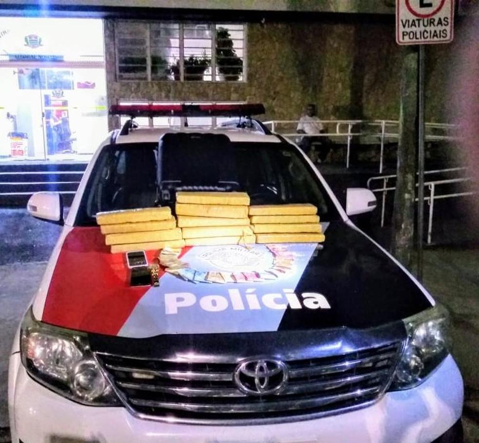 Quadrilha é presa com 11 quilos de maconha e R$ 8,5 mil em Caraguá. — Foto: Divulgação/Polícia Militar