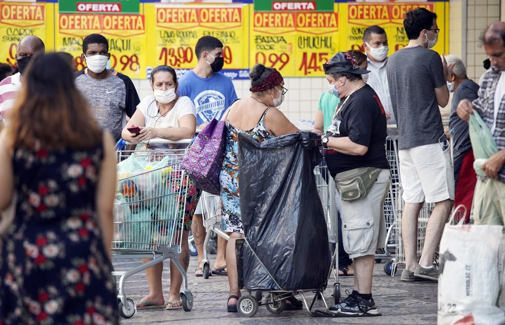 RJ, 28/04/2020 Pessoas se aglomeram na porta de um supermercado em Copacabana — Foto: Marcos Serra Lima/G1