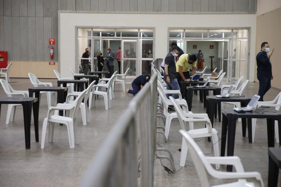 Centro de Eventos sendo preparado para o 1º dia de imunização de profissionais da saúde de Fortaleza no local — Foto: Fabiane de Paula/SVM