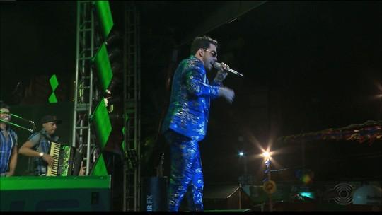 Gabriel Diniz usa peruca e imita Elba Ramalho no São João de Campina Grande