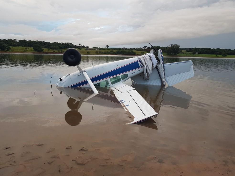 Avião de pequeno porte cai na represa de Jurumirim; piloto sai ileso (Foto: Divulgação)
