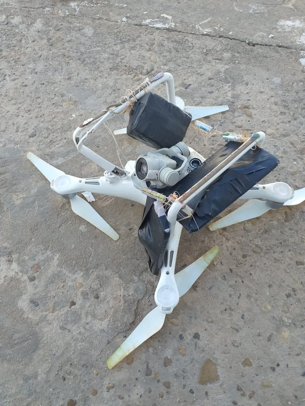 Drone com celular e maconha é abatido em presídio de Ji-Paraná — Foto: WhatsApp/Reprodução
