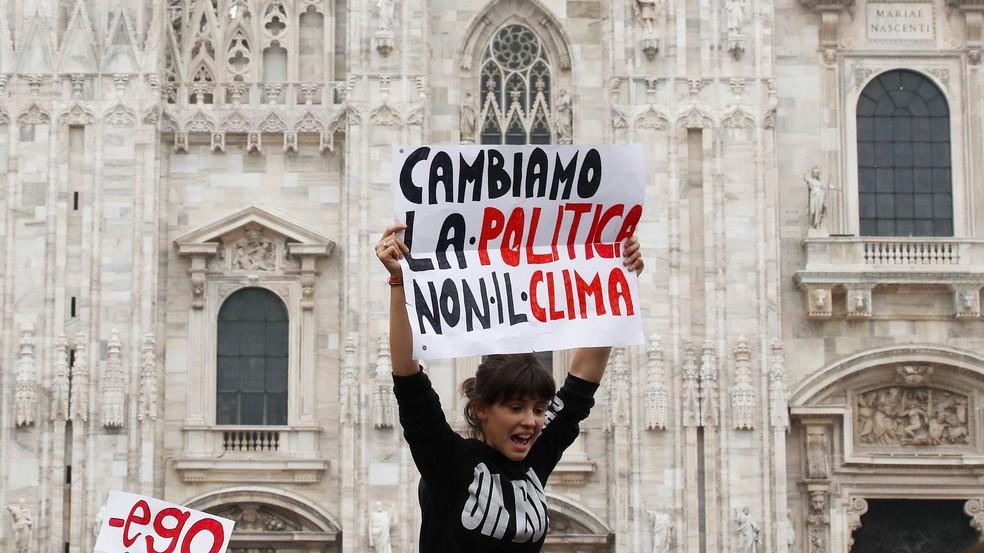 """Greve pelo clima em Milão, na Itália. Cartaz diz: """"Mudemos a política, e não o clima"""". Em 27 de setembro de 2019. — Foto: Antonio Calanni/AP"""